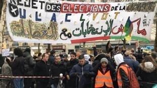 متظاهرون أمام القنصلية الجزائرية في باريس