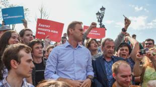 El líder de la oposición rusa Alexéi Navalni asiste a una manifestación de protesta antes de la ceremonia de toma de posesión del presidente Vladímir Putin, Moscú, Rusia, el 5 de mayo de 2018.