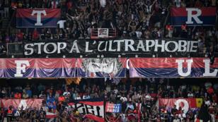 """Banderole de supporters des """"ultras"""" protestant contre la suspension des matches au parc des Princes de Paris, le 25 août 2019."""