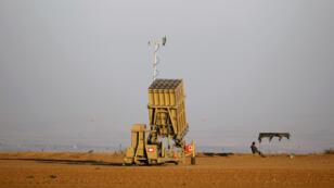 """Installation du système de défense anti-missiles israélien appelé """"Dôme de fer""""."""