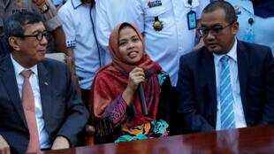 Siti Aisyah durante una conferencia de prensa con el Ministro de Derechos Humanos y Ley de Indonesia, en Yakarta, el 11 de marzo de 2019.