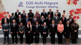 Los representantes de los 20 países integrantes del G20 posan para la foto de familia de la cumbre celebrada en Nagoya, Japón, el 23 de noviembre de 2019.