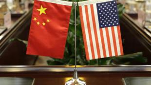 صورة من الأرشيف في 30 حزيران/يونيو 2017 لعلمي الولايات المتحدة والصين قبل اجتماع في قنصلية هيوستن في الولايات المتحدة