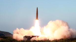 Imagen sin fecha ni lugar especificado, proporcionada por la agencia de noticias de Corea del Norte, KCNA, muestra el lanzamiento en un misil.