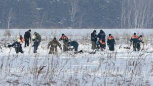Los miembros del ministerio de Situaciones de Emergencia ruso trabajan en el lugar del accidente del avión AN-148 de la aerolínea Sarátov en las afueras de Moscú, Rusia, el 12 de febrero de 2018.