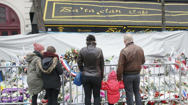 Des personnes se recueillent le 13 décembre devant le Bataclan, où 90 personnes sont mortes lors de l'attaque du 13 novembre.