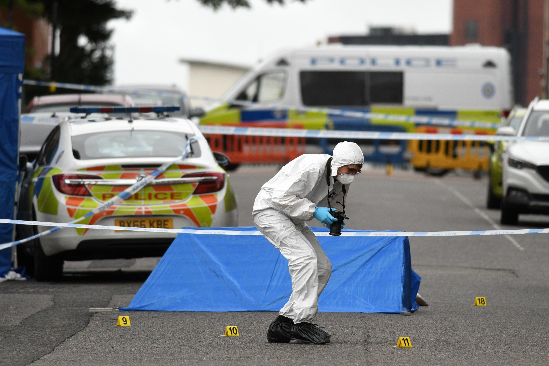 Un employé de la police scientifique rassemble, dimanche 6 septembre 2020, des preuves sur le lieu de l'attaque au couteau survenue à Birmingham, la veille.