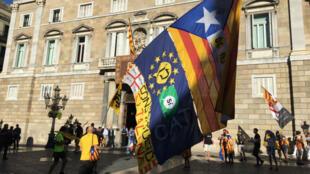 """Le drapeau séparatiste catalan est de sortie à Barcelone, le 11 septembre 2017, jour de la """"fête nationale"""" de Catalogne."""