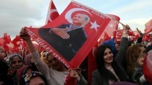 تظاهرة مؤيدة لاردوغان امام القصر الرئاسي في انقرة في 17 نيسان/أبريل 2017