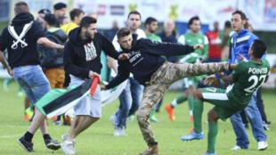 Des images des affrontements entre joueurs israéliens et manifesants pro-palestiniens publiées sur Twitter.