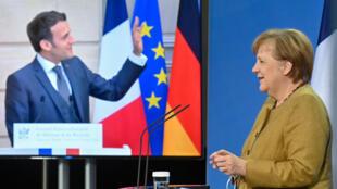 Emmanuel Macron salue la chancelière Angela Merkel, avec qui il était en visio-conférence, le 5 février 2021.