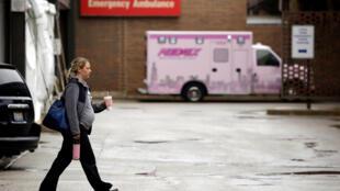 امرأة تسير في باحة مستشفى شيكاغو - إلينوي