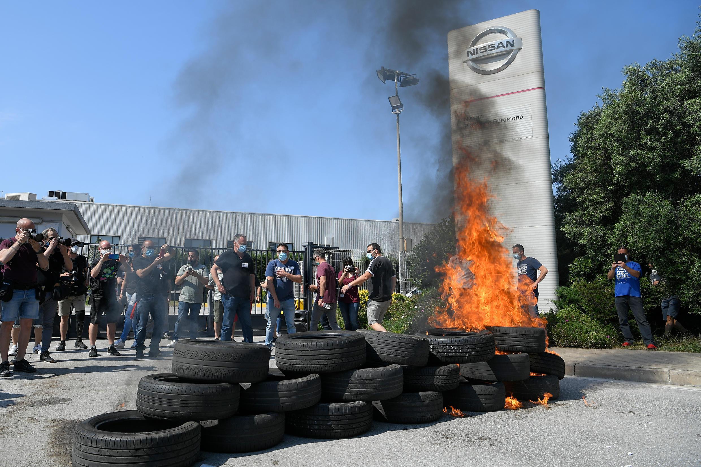 Empleados de Nissan queman neumáticos frente a la planta de la compañía en Barcelona para protestar por su cierre, el 28 de mayo de 2020 en la capital catalana