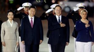 El presidente de Panamá, Juan Carlos Varela, y la primera dama Lorena Castillo reciben al presidente de China Xi Jinping y a su esposa Peng Liyuan en el aeropuerto internacional de Tocumen en la ciudad de Panamá, Panamá, 2 de diciembre de 2018.