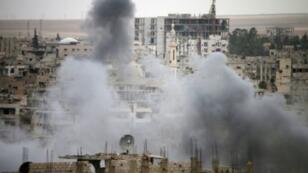دخان يتصاعد بعد القصف من مبان في حي تسيطر عليه فصائل معارضة مسلحة في درعا
