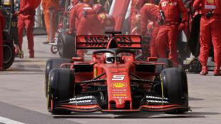 El piloto alemán de Ferrari, Sebastian Vettel, es visto en el pit lane durante el Gran Premio de F1 de Brasil, en el circuito de Interlagos en Sao Paulo, Brasil, el 17 de noviembre de 2019.