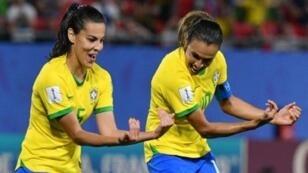 مارتا (يسارا) تحتفل مع زميلتها تايسا بتسجيلها هدفا في مرمى إيطاليا
