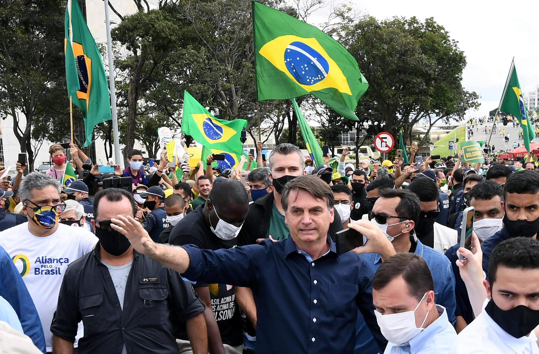 """الرئيس البرازيلي جاير بولسونارو عند وصوله الى """"بلاناتو بالاس"""" في برازيليا في 24 ايار/مايو 2020"""