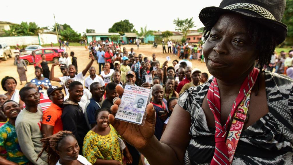 Une Libérienne montrant sa carte d'électeur, le 10 cotobre 2017, à Monrovia.