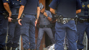 Efectivos de la policía local acudieron al sitio e investigan las razones que motivaron los disparos en el interior de una iglesia el 11 de diciembre.