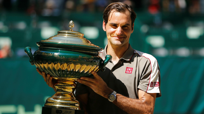 El suizo Roger Federer levanta el trofeo de Halle después de su victoria en la final contra el belga Goffin. Halle, Alemania, 23 de junio de 2019.