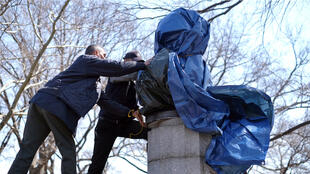 New York City Department of Parks and Recreation employees take down a statue of former National Security Agency (NSA) contractor Edward Snowden at the Fort Greene Park in Brooklyn, New York, on April 6, 2015