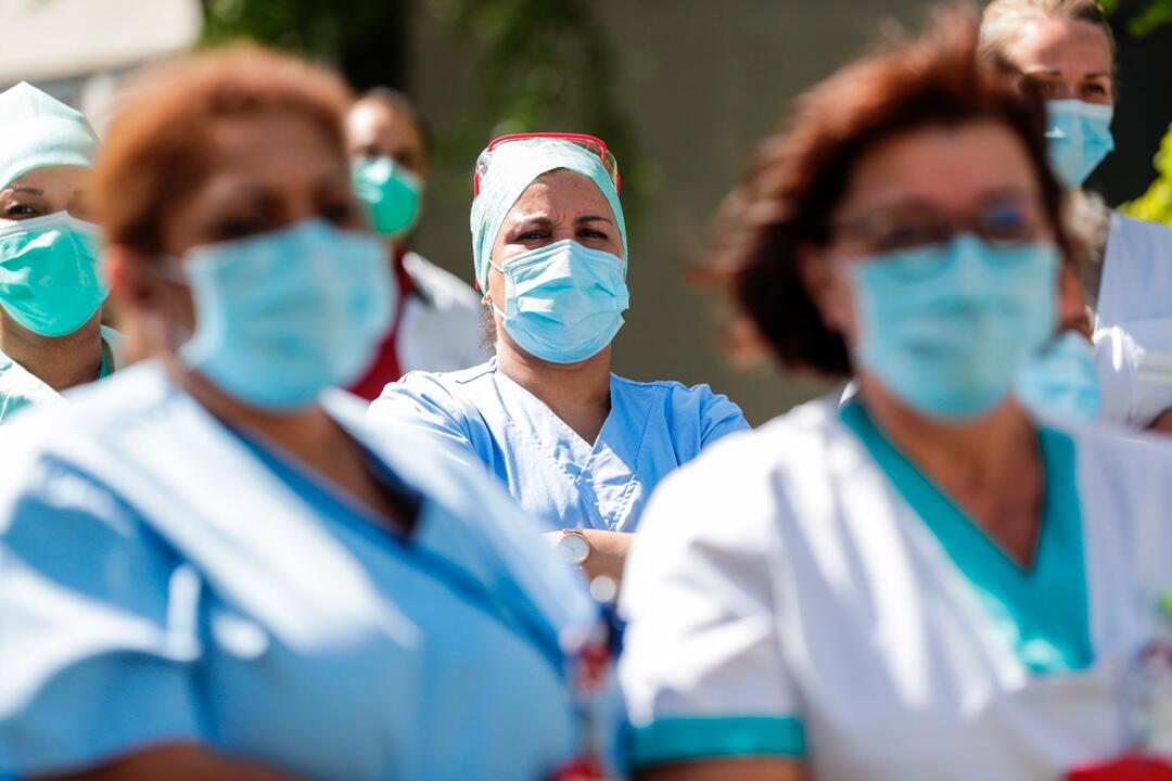 Integrantes del equipo médico de un hospital de Bruselas, Bélgica, el 6 de julio de 2020, durante el desarrollo de un homenaje al personal clínico que ha trabajado en la primera línea de atención en medio de la pandemia.