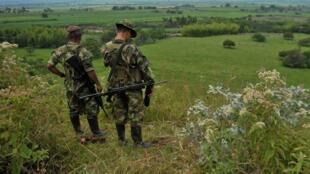 Deux membres des Farc en patrouille dans la région de Cauca, en février 2013.