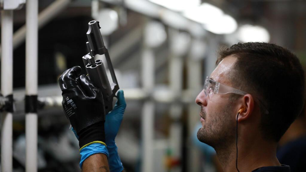Un empleado del fabricante de armas Taurus Armas SA trabaja en la línea de ensamblaje de la compañía en Sao Leopoldo, Brasil, el 15 de enero de 2019.