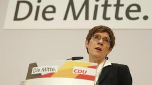 La dirigeante démissionnaire de la CDU Annegret Kramp-Karrenbauer s'exprime au lendemain d'une défaite électorale à Hambourg, le 24 février 2020.