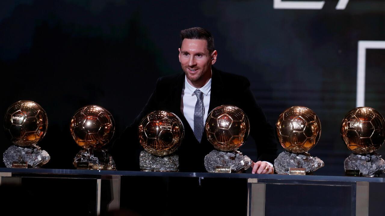 Lionel Messi pose avec ses six Ballons d'Or.