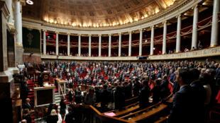 Los parlamentarios de la Asemblea Nacional en París guardaron un minuto de silencio dos días después del atentado de Marsella y antes de votar la nueva ley sobre la seguridad nacional, el martes 3 de octubre de 2017