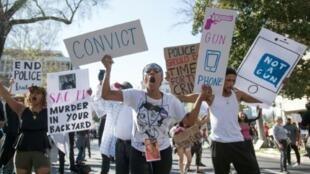"""متظاهرون من منظمة """"حياة السود تهم"""" في شوارع مدينة ساكرامنتو بولاية كاليفورنيا الأمريكية في 28 آذار/مارس 2018"""