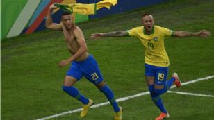 Richarlison et Everton fêtent un but brésilien contre le Pérou, le 7 juillet 2019 au stade Maracana à Rio de Janeiro.