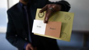 """Les Turcs sont appelés dimanche 16 avril 2017 à choisir entre le """"oui"""" (Evet) et le """"non"""" (Hayir) à la révision constitutionnelle qui renforcerait les pouvoirs du président."""