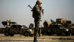Un combattant des Forces démocratiques syriennes à Raqqa, fief de l'EI, situé à 50 km de Tabqa.