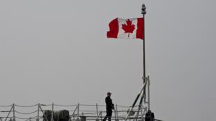 جندي كندي يقف على متن الفرقاطة فريديريكتون الراسية في ميناء كونستانتا برومانيا في 13 آذار/مارس 2015
