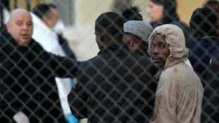 Un grupo de migrantes en medio de su desembarco en Marsa, Malta, el 13 de abril de 2019.