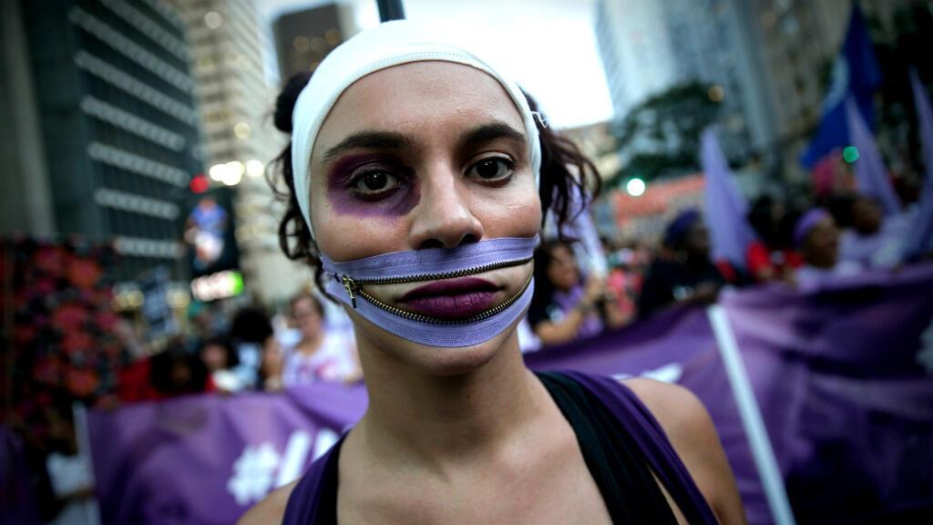 Mujeres participan en la marcha del Día Internacional de la Mujer, en la avenida Paulista de Sao Paulo, Brasil, el 8 de marzo de 2019.