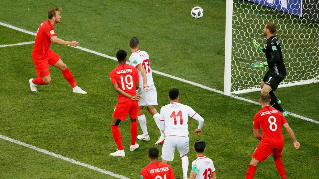 Harry Kane (extremo superior) al momento de cabecear la pelota para el gol del triunfo de Inglaterra. Junio 18 de 2018.