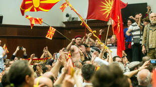 Certains manifestants brandissaient des drapeaux macédoniens et chantaient l'hymne national.