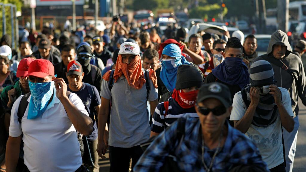 Los salvadoreños participan en una nueva caravana de migrantes con destino a Estados Unidos, cuando se van de San Salvador, El Salvador, el 16 de enero de 2019.