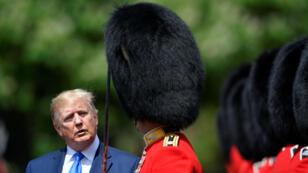 El presidente de Estados Unidos, Donald Trump, inspecciona un guardia de honor en el Palacio de Buckingham. 3 de junio de 2019