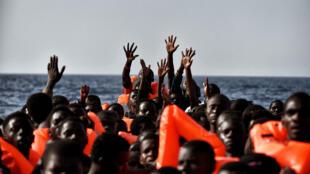Des migrants attendent d'être secourus, au large de la Libye, le 3 octobre 2016.