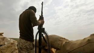 Un combatiente de las Fuerzas Democráticas Sirias (SDF), respaldadas por Estados Unidos, sostiene su arma durante una operación para expulsar a los jihadistas del grupo del Estado Islámico (EI) de la zona de Baghouz, en la provincia siria oriental de Deir Ezzor el 14 de febrero de 2019.