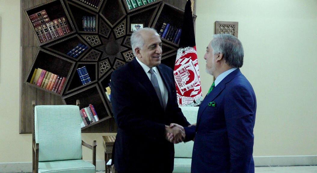 El representante especial de EE. UU. Para Afganistán, Zalmay Khalilzad se da la mano con el jefe ejecutivo de Afganistán, Abdullah Abdullah, en Kabul, Afganistán, el 2 de septiembre de 2019.