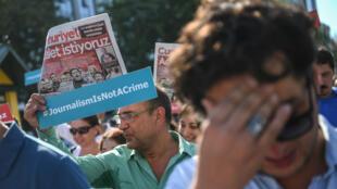 Des journalistes du quotidien turc Cumhuriyet manifestent pour la liberté de la presse, le 24 juillet 2017 à Istanbul.
