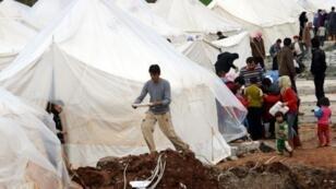 لاجئون سوريون في مخيم الريحانية الحدودي في تركيا، في 16 آذار/مارس 2012