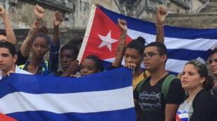 Des étudiants devant l'université de La Havane manifestent leur attachement à la Révolution cubaine, au lendemain de la mort de Fidel Castro.