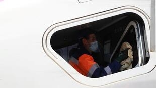 Un employé d'une société de nettoyage désinfecte une locomotive de TGV le 14 mai 2020 à Châtillon, France
